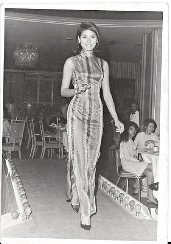 68年,黃淑儀Gigi姐被麗的炒魷魚後,未入無綫前,在宗伯伯介紹下去做模特兒,由於示範這件旗袍太貼身,她只可真空上陣