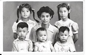 黃淑儀Gigi姐(後左一)在廣州出生,父親是化學工程師、母親是廠長,擁有一姊兩弟的她,家境不俗