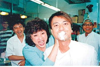 2000年黃淑儀Gigi姐跟李克勤在《廟街媽●兄弟》合演母子